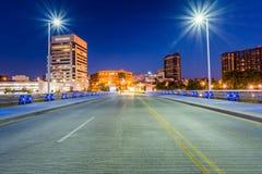 Ορίζοντας του Columbus, Οχάιο από τη δισεκατονταετή γέφυρα πάρκων τη νύχτα Στοκ Εικόνες
