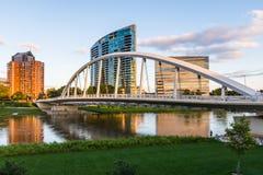 Ορίζοντας του Columbus, Οχάιο από τη δισεκατονταετή γέφυρα πάρκων τη νύχτα Στοκ Εικόνα