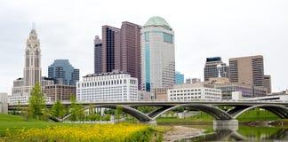 Ορίζοντας του Columbus Οχάιο με τη γέφυρα και την αντανάκλαση Στοκ Εικόνες