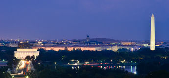 Ορίζοντας του Washington DC τη νύχτα, συμπεριλαμβανομένου του μνημείου του Λίνκολν, μνημείο της Ουάσιγκτον και αναμνηστική γέφυρα  Στοκ Εικόνες