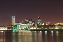 Ορίζοντας τραπεζών του Τάμεση πόλεων του Λονδίνου τη νύχτα Στοκ Εικόνες