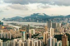 Ορίζοντας Χονγκ Κονγκ που κοιτάζει προς την πόλη Kowloon από το pe βράχου λιονταριών Στοκ Εικόνες