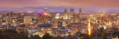 Ορίζοντας Montréal, Καναδάς από το υποστήριγμα βασιλικό τη νύχτα Στοκ Εικόνες