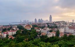 Ορίζοντας Qingdao στο σούρουπο στοκ εικόνα με δικαίωμα ελεύθερης χρήσης