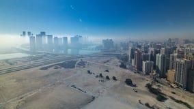 Ορίζοντες κάτω από την παχιά ομίχλη στην οδό timelapse του Αμπού Ντάμπι στο πρωί απόθεμα βίντεο