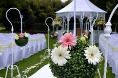 Οργάνωση γαμήλιων κήπων με τις σφαίρες λουλουδιών Στοκ Φωτογραφία