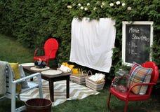 Οργάνωση για να προσέξει έναν κινηματογράφο υπαίθρια με τα τρόφιμα και τις καρέκλες Στοκ Φωτογραφίες