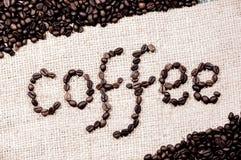 Οργάνωση λέξης καφέ από τα φασόλια καφέ με το εκλεκτής ποιότητας χρώμα στοκ φωτογραφίες με δικαίωμα ελεύθερης χρήσης