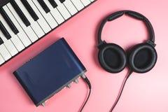 Οργάνωση στούντιο εγχώριας μουσικής στο ροζ Στοκ φωτογραφία με δικαίωμα ελεύθερης χρήσης