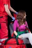 Οργάνωση της μεταφοράς για την τραυματισμένη γυναίκα Στοκ εικόνα με δικαίωμα ελεύθερης χρήσης