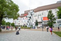 Οργάνωση του Τόκιο Plaza πόλεων δυτών μπροστά από έναν λευκό μονόκερο gundam Στοκ Φωτογραφίες