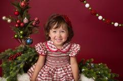 Οργάνωση Χαρούμενα Χριστούγεννας: Κορίτσι στο κόκκινο και άσπρο φόρεμα στοκ φωτογραφία με δικαίωμα ελεύθερης χρήσης