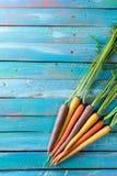 Οργανικά ακατέργαστα καρότα στο ζωηρόχρωμο μπλε ξύλινο πίνακα Backgrou σύστασης Στοκ φωτογραφία με δικαίωμα ελεύθερης χρήσης