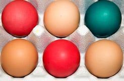 Οργανικά αυγά: Χρώματα Πάσχας Στοκ φωτογραφία με δικαίωμα ελεύθερης χρήσης