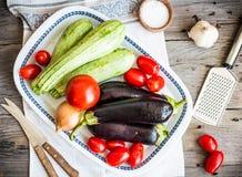 Οργανικά λαχανικά για το ratatouille στον γκρίζο ξύλινο πίνακα, αγροτικό Στοκ Εικόνες