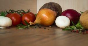 Οργανικά λαχανικά σε ένα ξύλινο υπόβαθρο χορτοφάγος σιτηρεσίου Στοκ Εικόνα