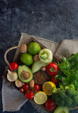 Οργανικά λαχανικά, φρούτα, χορτάρια, καρύδια, σπόροι στο ξύλινο κιβώτιο για τον υγιή τρόπο ζωής Στοκ Εικόνες