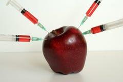 Οργανικά και μη οργανικά φρούτα Στοκ φωτογραφία με δικαίωμα ελεύθερης χρήσης