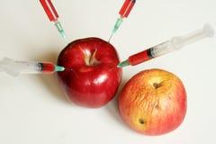 Οργανικά και μη οργανικά φρούτα Στοκ Φωτογραφίες