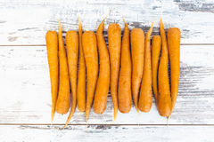 Οργανικά καρότα στον ξύλινο πίνακα Στοκ Εικόνες