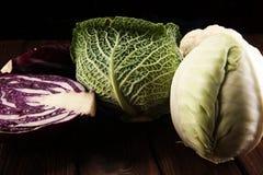 Οργανικά κεφάλια λάχανων Αντιοξειδωτική ισορροπημένη διατροφή που τρώει με το κόκκινο λάχανο, το άσπρο λάχανο και το κραμπολάχανο στοκ φωτογραφία με δικαίωμα ελεύθερης χρήσης