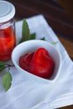Οργανικά κόκκινα πιπέρια στο κεραμικό δοχείο Στοκ φωτογραφία με δικαίωμα ελεύθερης χρήσης
