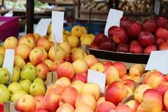 Οργανικά μήλα στο στάβλο αγοράς Στοκ Φωτογραφίες