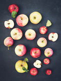 Οργανικά μήλα στην πλάκα Φρέσκα κόκκινα κίτρινα και πράσινα μήλα με Στοκ φωτογραφία με δικαίωμα ελεύθερης χρήσης