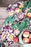 Οργανικά μήλα στον ξύλινο πίνακα Στοκ Φωτογραφία