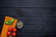 Οργανικά μακαρόνια με τα φρέσκα κεράσια, πράσινο πιπέρι σε λίγο gl Στοκ Εικόνες