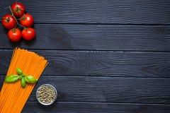 Οργανικά μακαρόνια με τα φρέσκα κεράσια, πράσινο πιπέρι σε λίγο gl Στοκ Φωτογραφία