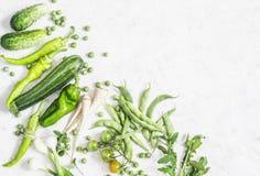Οργανικά πράσινα λαχανικά σε ένα άσπρο υπόβαθρο Μαγειρεύοντας συστατικά - αγγούρια, κολοκύθια, πιπέρια, κρεμμύδια, παστινάκη, πρά Στοκ Εικόνες