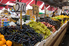 Στάση φρούτων σε μια αγορά Στοκ φωτογραφία με δικαίωμα ελεύθερης χρήσης