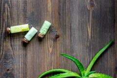 Οργανικά aloe καλλυντικά της Βέρα Aloe Βέρα βγάζει φύλλα και άλας SPA στην ξύλινη τοπ άποψη επιτραπέζιου υποβάθρου copyspace στοκ εικόνες