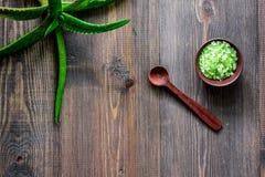 Οργανικά aloe καλλυντικά της Βέρα Aloe Βέρα βγάζει φύλλα και άλας SPA στην ξύλινη τοπ άποψη επιτραπέζιου υποβάθρου copyspace στοκ εικόνα με δικαίωμα ελεύθερης χρήσης