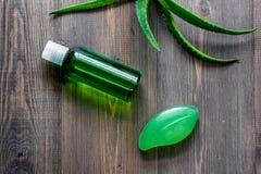 Οργανικά aloe καλλυντικά της Βέρα Aloe Βέρα βγάζει φύλλα, ποτήρι aloe του χυμού της Βέρα και σαπούνι στην ξύλινη τοπ άποψη επιτρα Στοκ Εικόνες