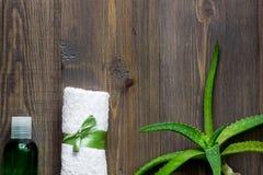 Οργανικά aloe καλλυντικά της Βέρα Aloe Βέρα βγάζει φύλλα, ποτήρι aloe του χυμού της Βέρα στην ξύλινη τοπ άποψη επιτραπέζιου υποβά Στοκ Φωτογραφία