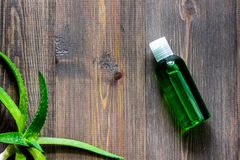 Οργανικά aloe καλλυντικά της Βέρα Aloe Βέρα βγάζει φύλλα, ποτήρι aloe του χυμού της Βέρα στην ξύλινη τοπ άποψη επιτραπέζιου υποβά Στοκ Εικόνες