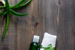 Οργανικά aloe καλλυντικά της Βέρα Aloe Βέρα βγάζει φύλλα, ποτήρι aloe του χυμού της Βέρα στην ξύλινη τοπ άποψη επιτραπέζιου υποβά Στοκ φωτογραφία με δικαίωμα ελεύθερης χρήσης
