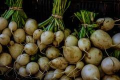 Οργανικές κράμβες στην επίδειξη στην αγορά αγροτών στοκ φωτογραφίες