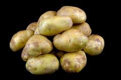 Οργανικές πατάτες στο μαύρο υπόβαθρο Στοκ εικόνα με δικαίωμα ελεύθερης χρήσης