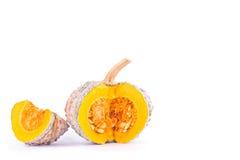 Οργανικές χρυσές φέτες κολοκύνθης κολοκύθας με τους σπόρους στα άσπρα φυτικά τρόφιμα kabocha υποβάθρου υγιή που απομονώνονται Στοκ Φωτογραφίες