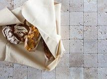 Οργανική ευρωπαϊκή ολόκληρη φραντζόλα σίτου των ψωμιών για το υπόβαθρο αρτοποιείων Στοκ φωτογραφία με δικαίωμα ελεύθερης χρήσης