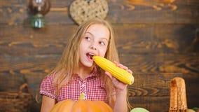 Οργανική κηπουρική Αυξηθείτε τη οργανική τροφή σας Αγρότης παιδιών με το ξύλινο υπόβαθρο συγκομιδών Έννοια φεστιβάλ συγκομιδών r στοκ εικόνες με δικαίωμα ελεύθερης χρήσης