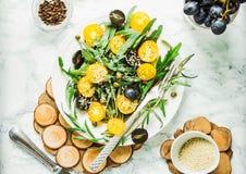 Οργανική πράσινη σαλάτα με το arugula, κίτρινες ντομάτες, ελιές, sesam Στοκ Εικόνες