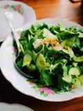 Οργανική πράσινη σαλάτα στο Floral πιάτο Στοκ φωτογραφία με δικαίωμα ελεύθερης χρήσης