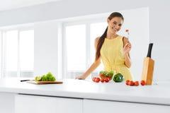 Οργανική τροφή κατανάλωση της γυναίκας & Υγιής τρόπος ζωής, Δ Στοκ φωτογραφία με δικαίωμα ελεύθερης χρήσης
