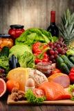 Οργανική τροφή συμπεριλαμβανομένου του γαλακτοκομείου και του κρέατος ψωμιού φρούτων λαχανικών Στοκ Φωτογραφία