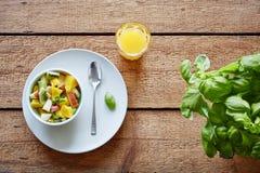 Οργανική υγιής ολόκληρη σαλάτα φρούτων προγευμάτων και χυμός από πορτοκάλι στοκ εικόνα