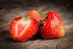 οργανική φράουλα Μούρα και ένα μισό στο ξύλο Στοκ Εικόνες